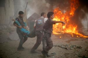 Rescue teams carry a civilian out of areas hit by SAA bombardment in Duma. Image courtesy of @MiddleEastEye.